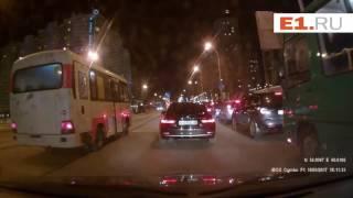 Автобус проехал по путям мимо трамвайной остановки, объезжая пробку на 8 Марта