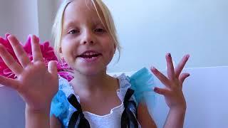Alicia juega en la tienda con una nueva casa de juegos inflable / nueva serie