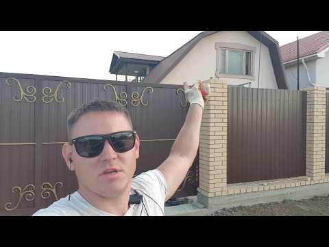 Красивый забор из кирпича и металлопрофиля готов