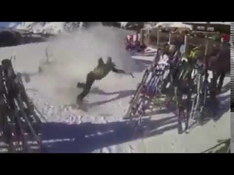 Sciatrice cade contro rastrelliera sci