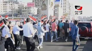 بالورود وأعلام مصر.. مسيرة على كوبرى ستانلي لتأبين ضحايا الطائرة المنكوبة