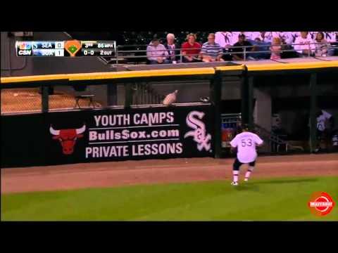 Melky Cabrera atrapa a Nelson Cruz en segunda base