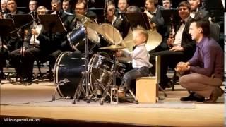 Скачать Niño De 3 Años Toca La Bateria Y Dirige La Orquesta Sinfonica