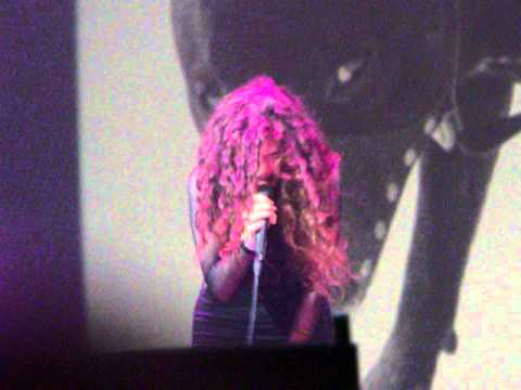 """Lorde performing """"Hold my Liquor"""" by Kanye West - September 7th, Vector Arena, Auckland"""