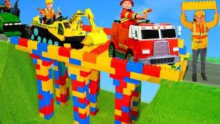 Çocuklar ekskavatör, itfaiye araçları, polis arabaları ve oyuncaklarla - Kids play with toys