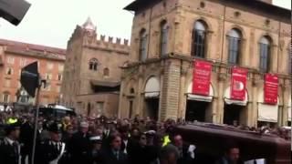 Funerali di Lucio Dalla: folla commossa applaude la bara diretta verso San Petronio.flv