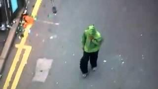حرکت خنده دار معترض انگلیسی به پلیس.mp4