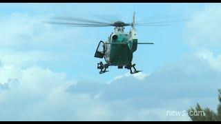 Polizeihubschrauber landet auf Brücke - Copilot fliegt mit offener Cockpit-Türe