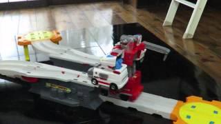 自動で変形しさらに合体するロボットのおもちゃです。 孫のプレゼントとして買いましたが、大人の私が見ても感動しましたので、動画撮影しま...