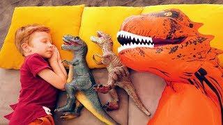 Сонный Лёва весело играет с динозавром