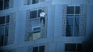 El 'Spiderman francés' escala en Dubai el edificio en espiral más alto del mundo