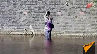 Спасение кота: мужчина полез в воду ради животного