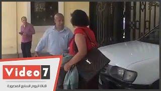 """بالفيديو.. سيدة تعترض سيارة وزارة التربية والتعليم..وفرد أمن: """"هديكى فى وشك """""""
