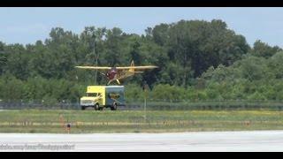 بالفيديو: لحظة هبوط طائرة على ظهر شاحنة مسرعة