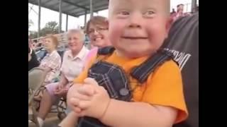 شاهد.. طفل رضيع يصيح بالتشجيع خلال مشاهدة سباق للسيارات