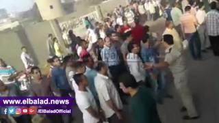 الأهالي يقطعون طريق 'الزقازيق - القاهرة' للمطالبة بإنشاء كوبري مشاة..فيديو