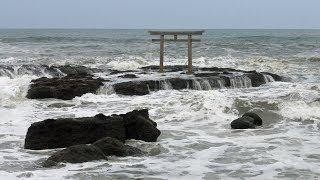 茨城県大洗町にある大洗磯前神社。太平洋の波を受けながら鳥居が立って...