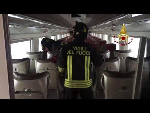 Treno deragliato a Lodi, i vigili del fuoco salgono a bordo delle carrozze
