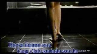 Band: ungu song: aku bukan pilihan hatimu album: melayang country: indonesia website: www.unguband.com with karaoke sub. enjoy the vid.