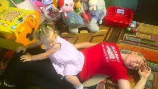 Амелія і мама грати в смішні історії про іграшки