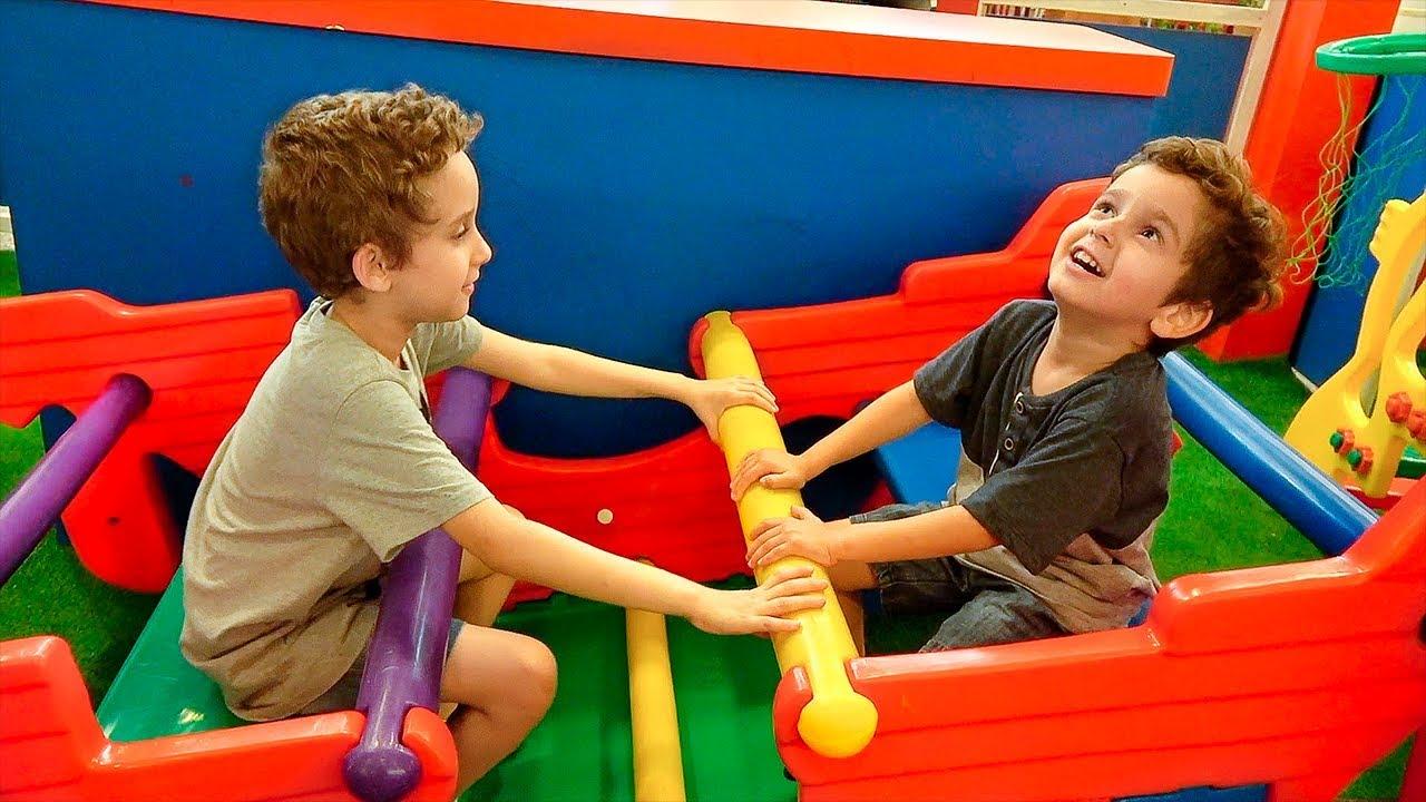crianas brincando no parquinho com brinquedos inflveis futebol e pula pula paulinho e toquinho