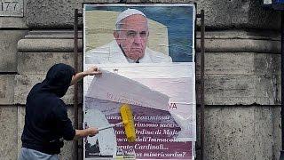 """Антипапские плакаты в Риме: """"суверенитет"""" Мальтийского ордена и бесплатные презервативы"""