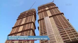 Material desaba do maior prédio do país em Balneário Camboriú thumbnail