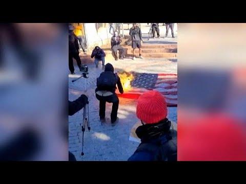 شاهد: متظاهرون مناهضون للإدارة الأمريكية الجديدة يحرقون العلم الوطني في كولورادو …  - نشر قبل 5 ساعة