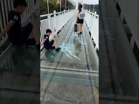 Camera A Ponte.Candid Camera Il Ponte Di Vetro Crepa Guardate Le Reazioni