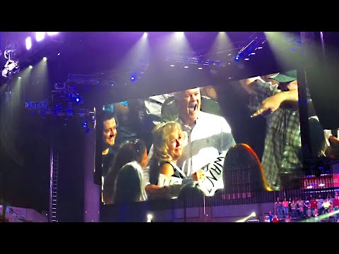 Garth Brooks stops concert after seeing a gentlemen's sign