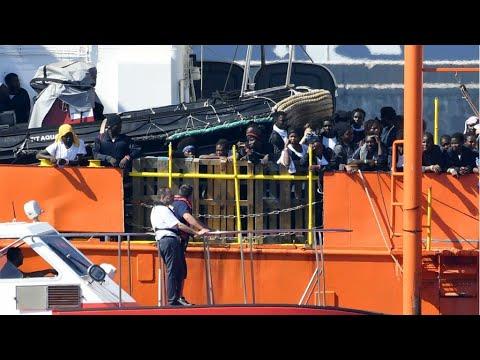 إسبانيا: -أكواريوس- وسفن أخرى تحمل المهاجرين الذين كانوا على متنها ترسو في فالنسيا  - نشر قبل 2 ساعة