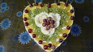Украшение стола в виде сердца из фруктов на День святого Валентина