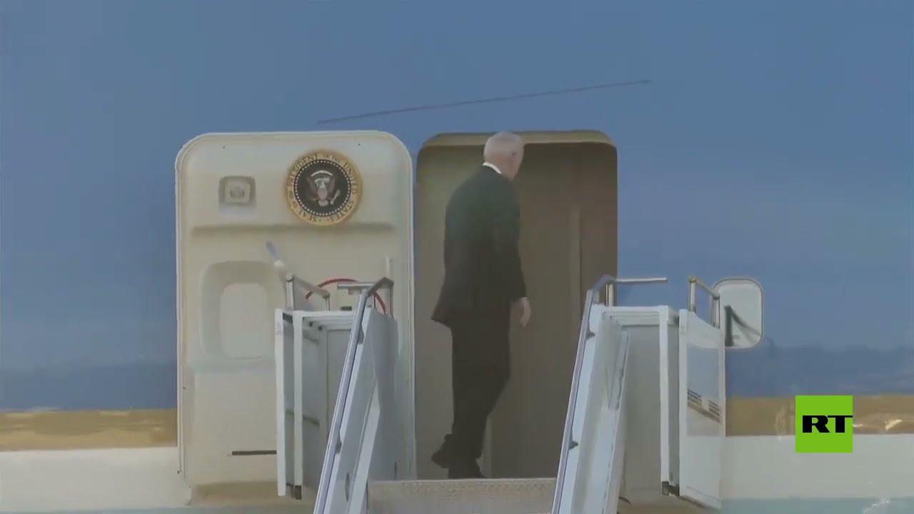 بايدن يصعد سلم طائرته لمغادرة جنيف بعد القمة مع بوتين  - نشر قبل 2 ساعة