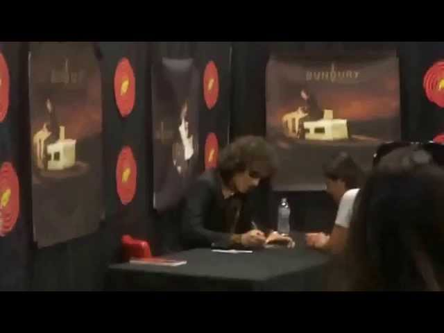 Enrique bunbury firma de Autografos Travel Video