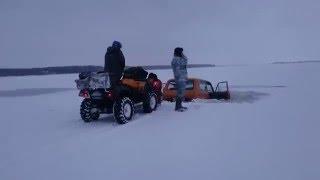 Машины провалились под лед.