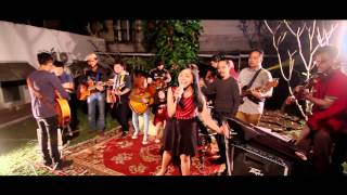 Mocca feat. Kelas Mocca - You And Me Against The World (Live Performance)