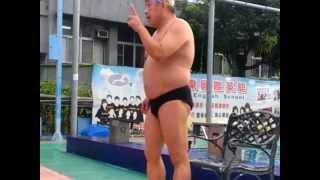 瑞新教練示範踩水要領