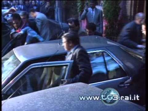 30 aprile 1993  Hotel Raphaël - Lancio di monetine su Bettino Craxi