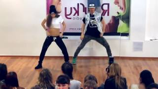 Катя Шошина  исполняет просто шикарно!!!нереально крутая)))