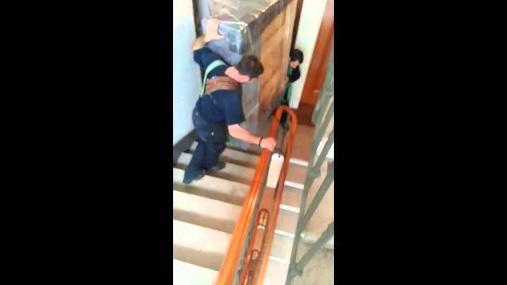 Portage piqu d 39 un piano droit par escalier youtube - Comment deplacer une armoire lourde facilement ...