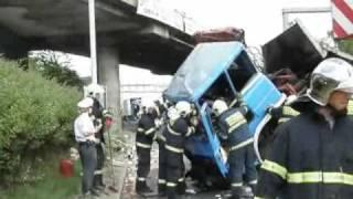 MEDIAFAX - Hasiči a záchranáři zasahovali u nákladního vozu, který spadl v Praze z mostu