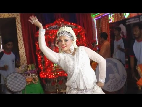 Rakhi Sawant's CRAZY DANCE At Ganpati 2016