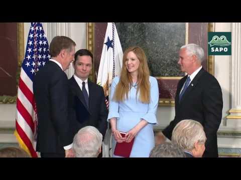 (EN ESPAÑOL) El vicepresidente Pence participa en la juramentación de Robert Lighthizer (05/15/17)
