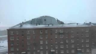 видео Караганда. Ураганом снесло крышу многоэтажки