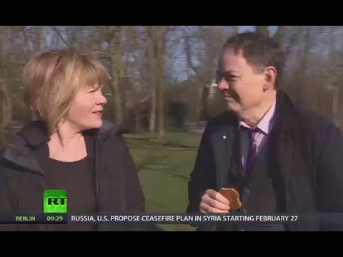 Keiser Report: Cash King gives out to Card Queen (E879)
