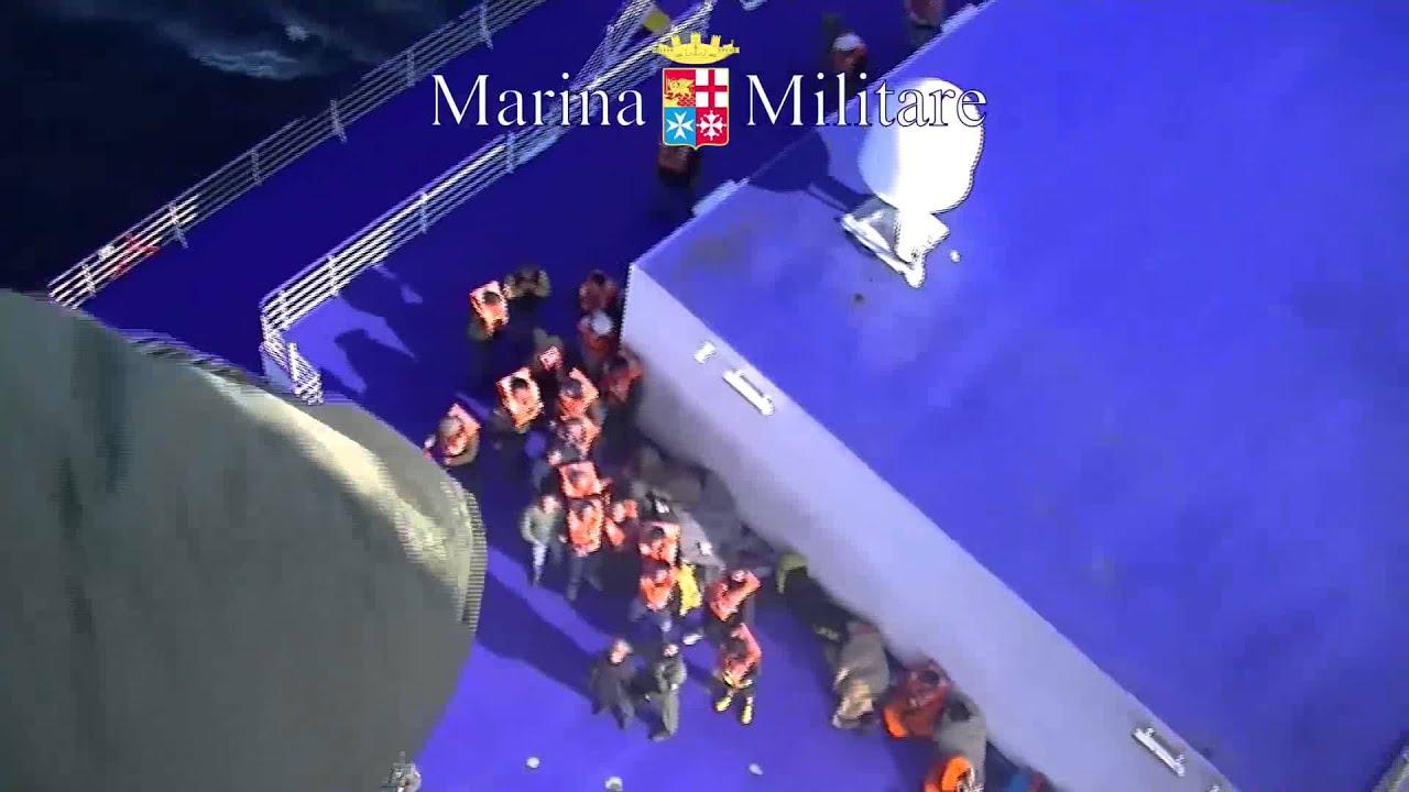 Elicottero Quanta Acqua Porta : Elicottero porta acqua alla norman atlantic traghetto in