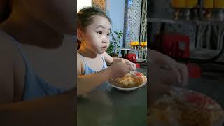 Bé muội đi ăn bánh flan cùng ba mẹ