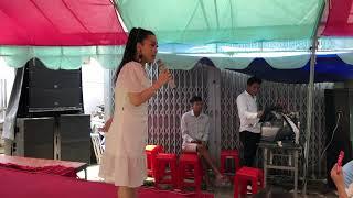 Danh hài Kiều Oanh ca vọng cổ trong lễ giổ tổ Sân Khấu 2019 .