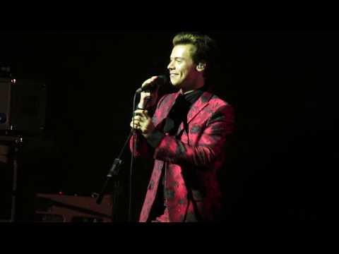 Harry greeting the NY crowd (Radio City Music Hall, 9/28/17)