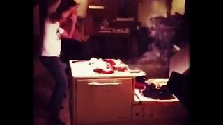 Janne leker med elden
